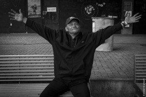 Un membre du collectif Mendiant(e)s d'Humanité affiche l'enthousiasme que génèrent les occupations collectives de bâtiments publics inoccupés.